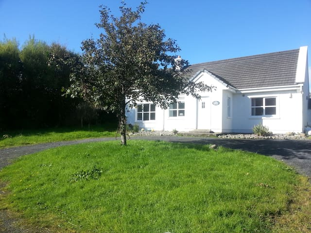 Lovely cottage in perfect coastal setting - Louisburgh
