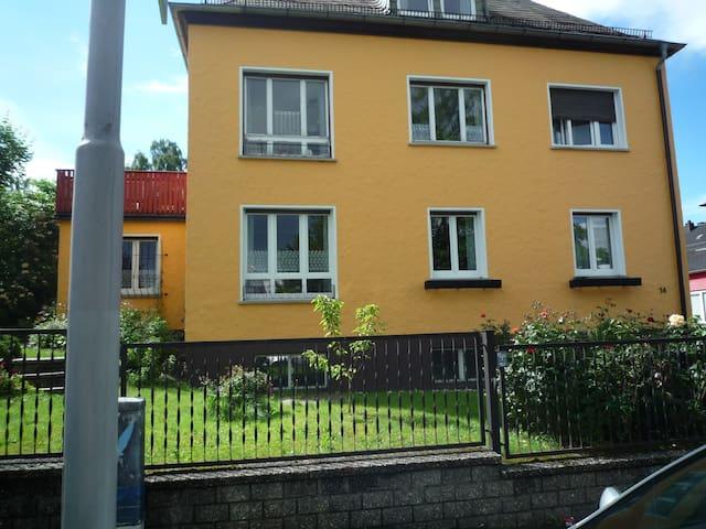 Schöne Dachwohnung - Hof - Apartament