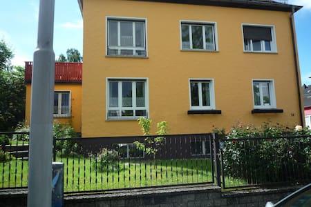 Schöne Dachwohnung - Hof - Flat