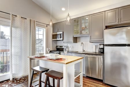 Comfortable, bright and quiet 2BR west of Portland