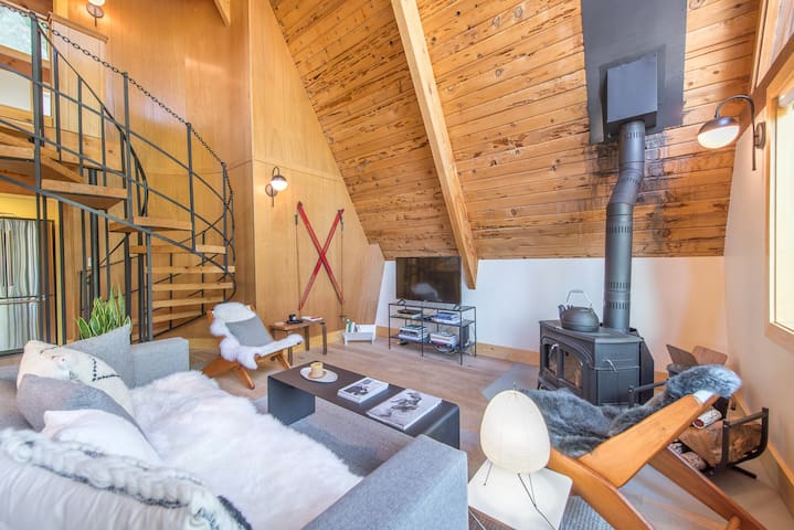 Pet Friendly! In Alpine Meadows and minutes from Squaw. Fun Apres Ski!