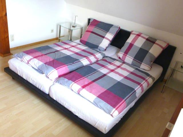 Schlafzimmer 1 mit Doppelbett und großem, geräumigem Holz-Schrank
