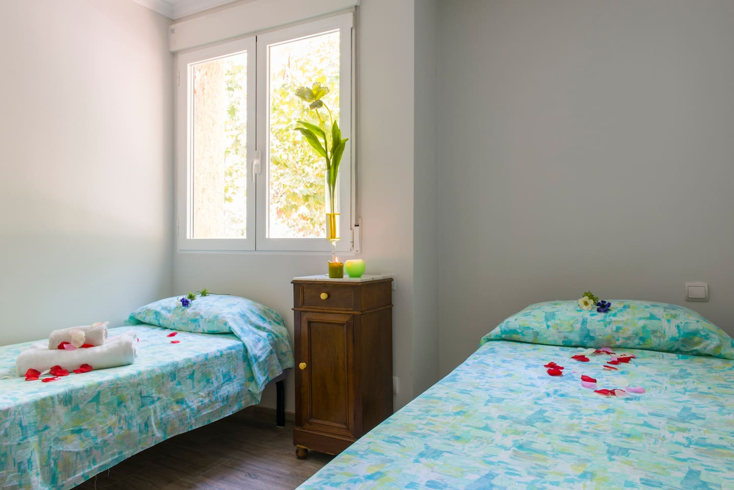 Habitacion con dos camas simples y armario