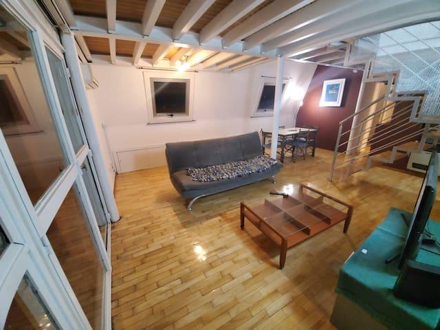 Foto general desde ingreso. A la izquierda puerta a la terraza, al frente living y más atrás comedor, más a la derecha, escalera a cuartos en piso 14.