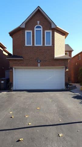 Sunny walkout apartment close to shopping and hwys - Mississauga - Apartemen