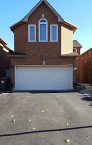 Sunny walkout apartment close to shopping and hwys - Mississauga - Huoneisto