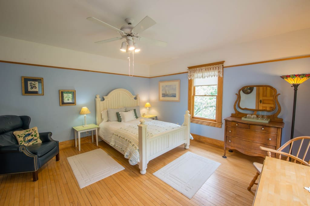 Snowbird Inn guest room with a queen bed and private bath.