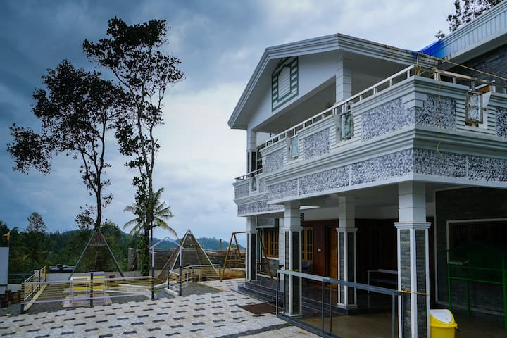 OYO - Best Offer! Lavish 1BR Cottage in Munnar