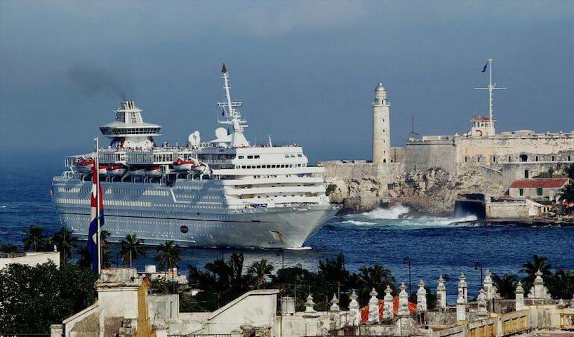 Castillo del Morro y entrada de los cruceros a la Bahía de la Habana