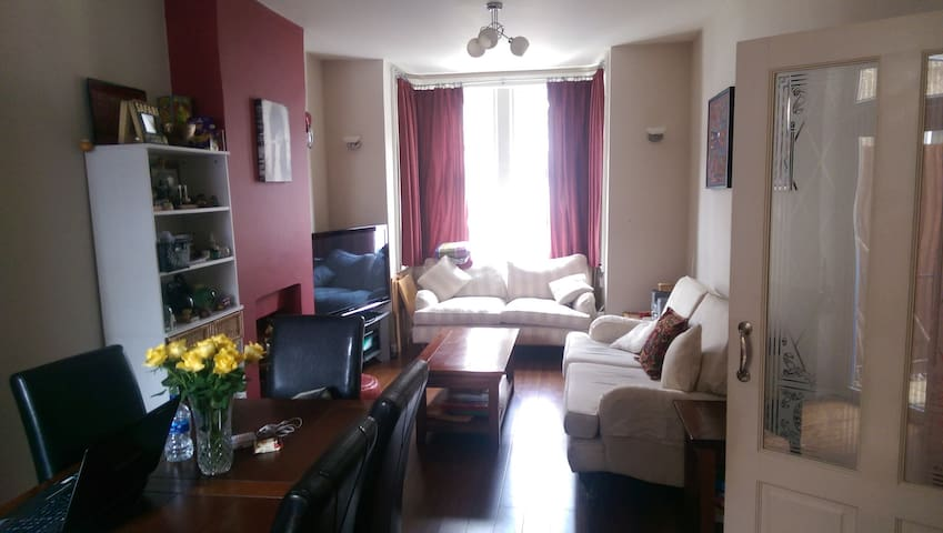 Beautiful & Clean Double Bedroom. 4min wk to train