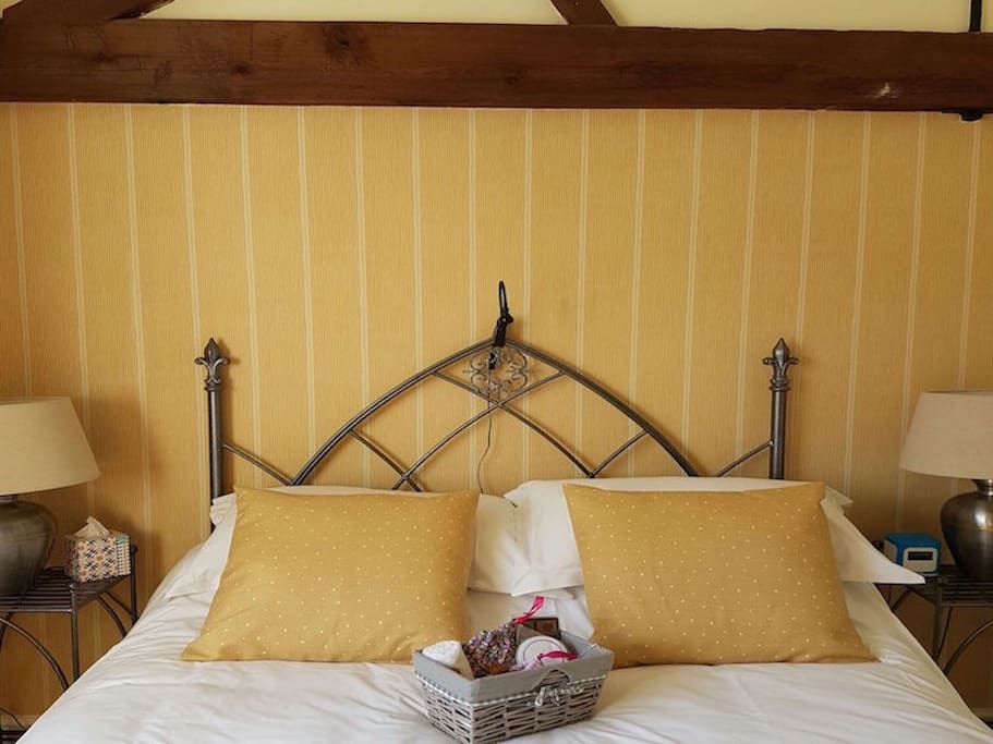 Double Bedroom with 5* Egyptian Cotton Linen