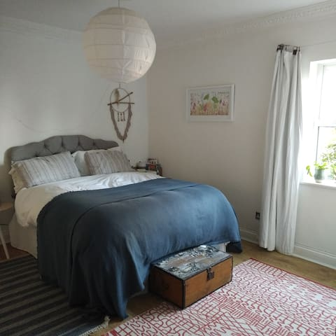 Peaceful room with en-suite in central location