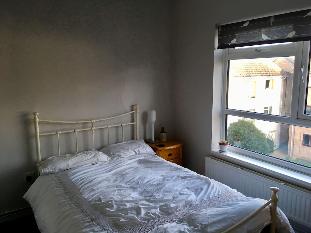 Double bed with a memory foam mattress, side lamp and side table