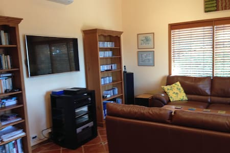 Family friendly split level house - Frenchs Forest