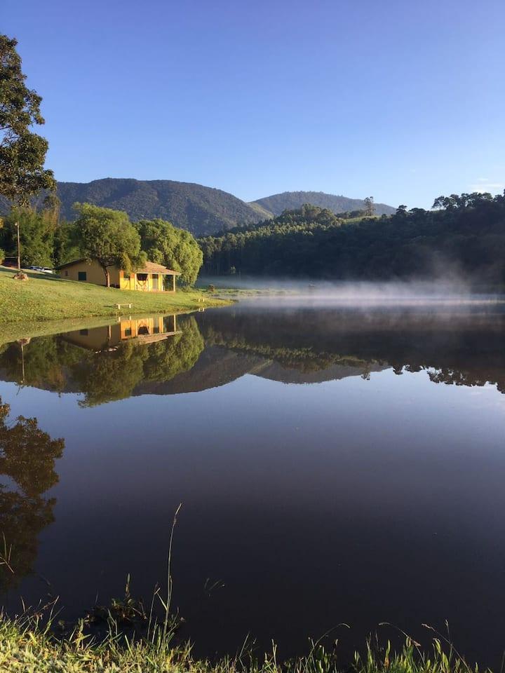 Chalé Girassol: na beira do lago em Joanópolis