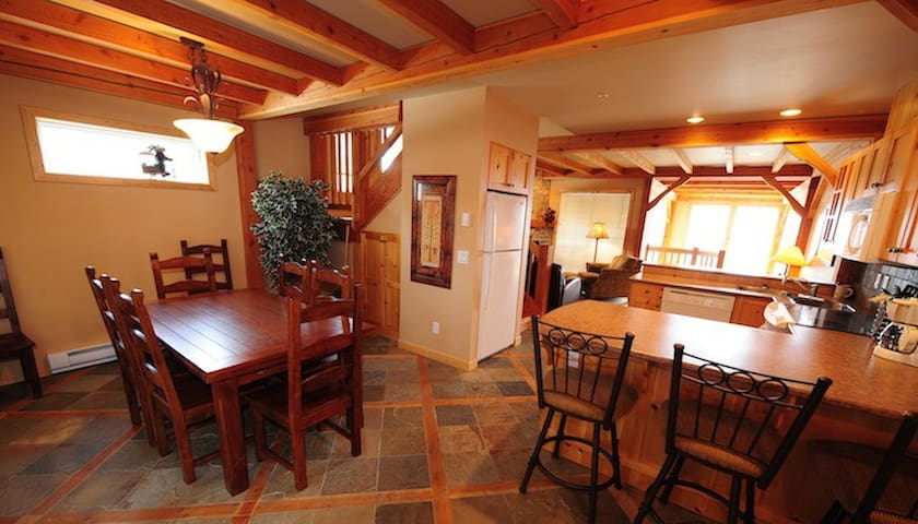 Spacious Big White 3 Bedroom with Private Hot Tub! - Kelowna - Rivitalo