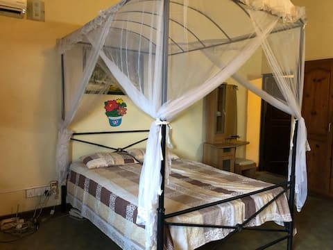 Private A/C room (upstairs) in luxury home, Ragama