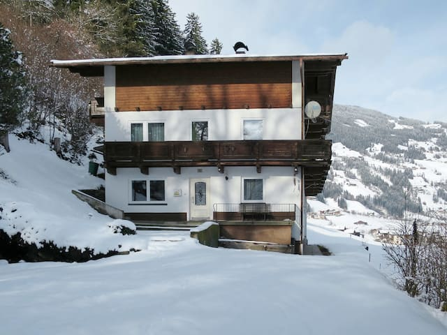 Pet friendly, 4 bedroom apartment Waldeck with lovely views of the surrounding mountains, 100m from the ski bus stop