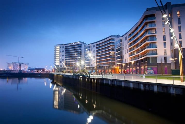 Luxury 1 Bed Apt with balcony in Titanic Quarter - Belfast - Leilighet