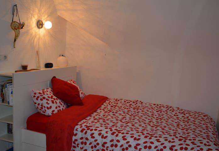 Chambre simple et lumineuse chez l'habitant