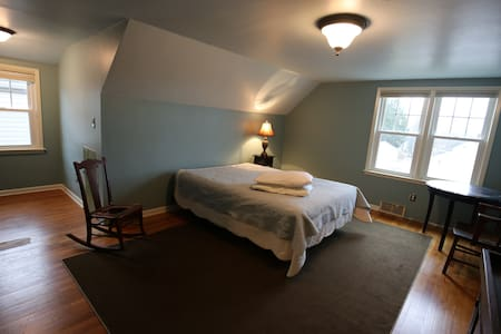 Sunny Bedroom and Bath - Grove City