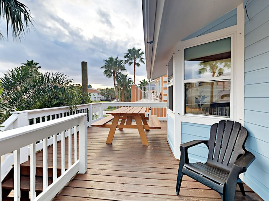 Upper deck with picnic table and beautiful sunset views.