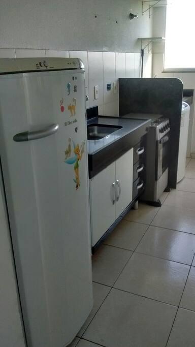 Geladeira, fogão, balcão, filtro, máquina lavar, varal, armário