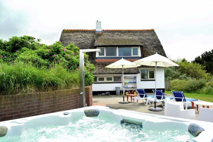 Thatched house on Ameland with jacuzzi and large garden