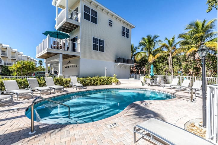 You can have it all with this beautiful 2 bed 2.5 bath less than 100 yards from the BEACH!