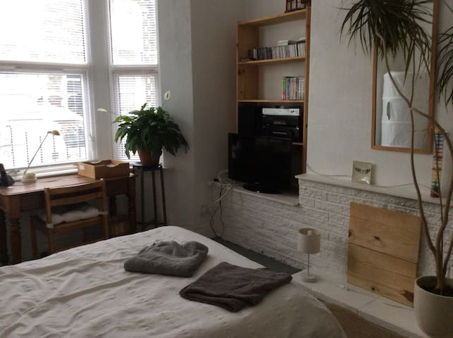 Comfortable double room in vibrant Easton