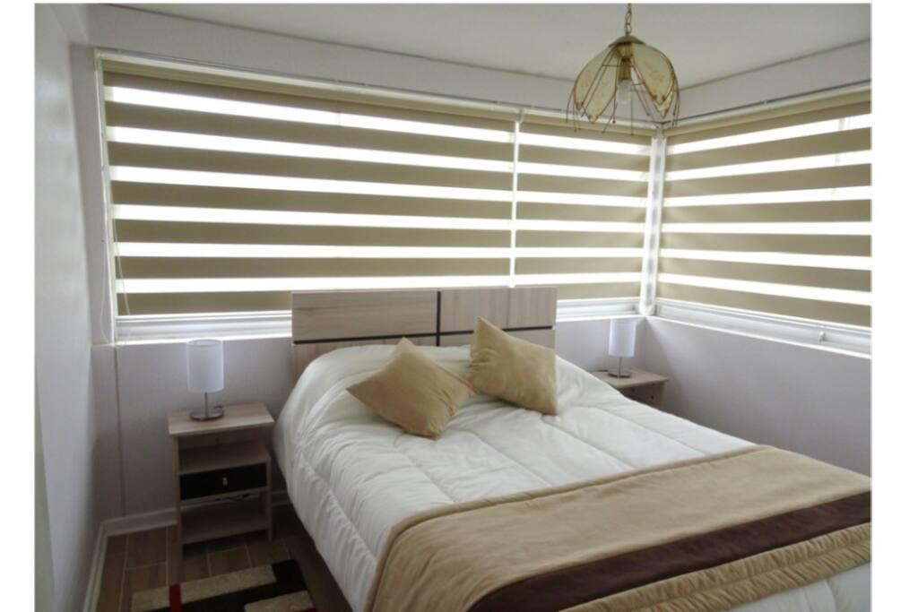 Dormitorio principal con cama de 2 plazas. Tiene vista al mar.
