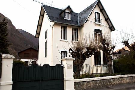 Cityhouse w/ private swim.pool - Bagnères-de-Luchon - บ้าน
