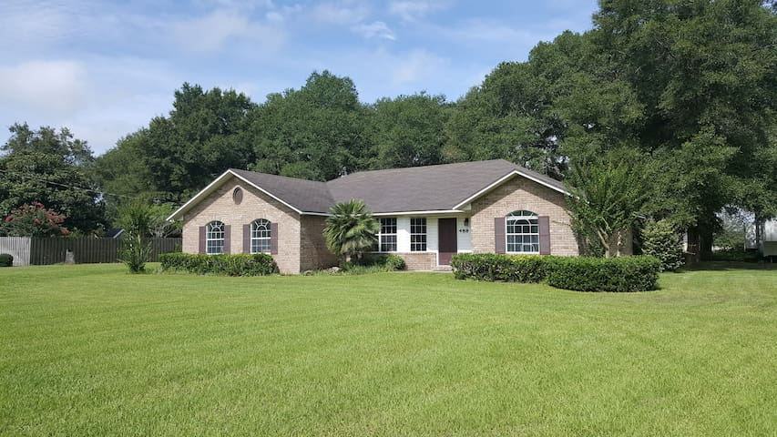 Charming home, heart of Springs Country. Near I-75