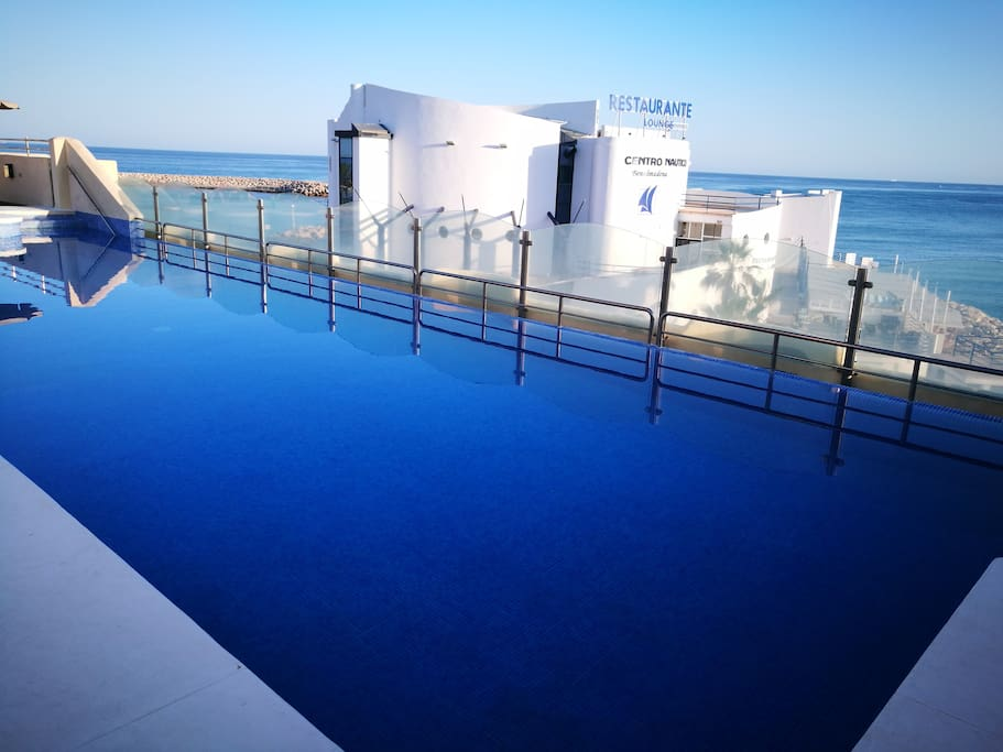 Vistas desde la piscina al Club Nautico de Benalmadena