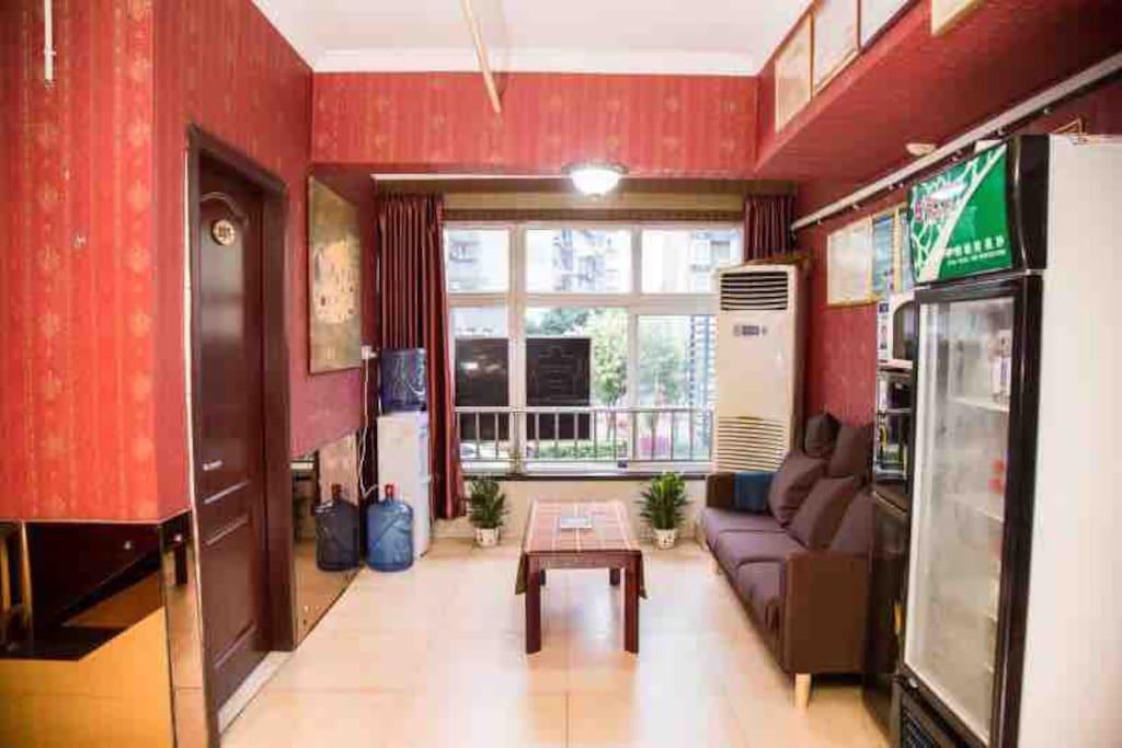 这是我们温馨的家的客厅,在这里,您可以短暂的休息,喝杯热茶,拉近我们彼此的距离