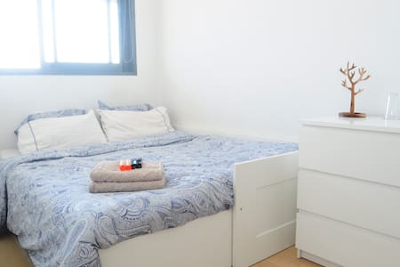Room w/private bathroom close to Bcn and Airport - Esplugues de Llobregat - 公寓