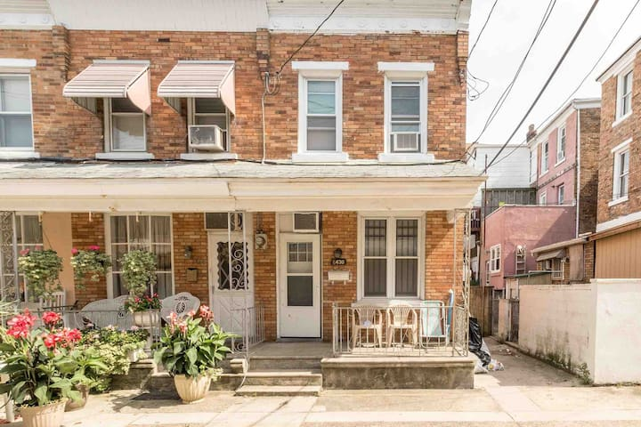 3 BEDROOM RETRO 2 MINS FROM  BEACHES AND CASINOS