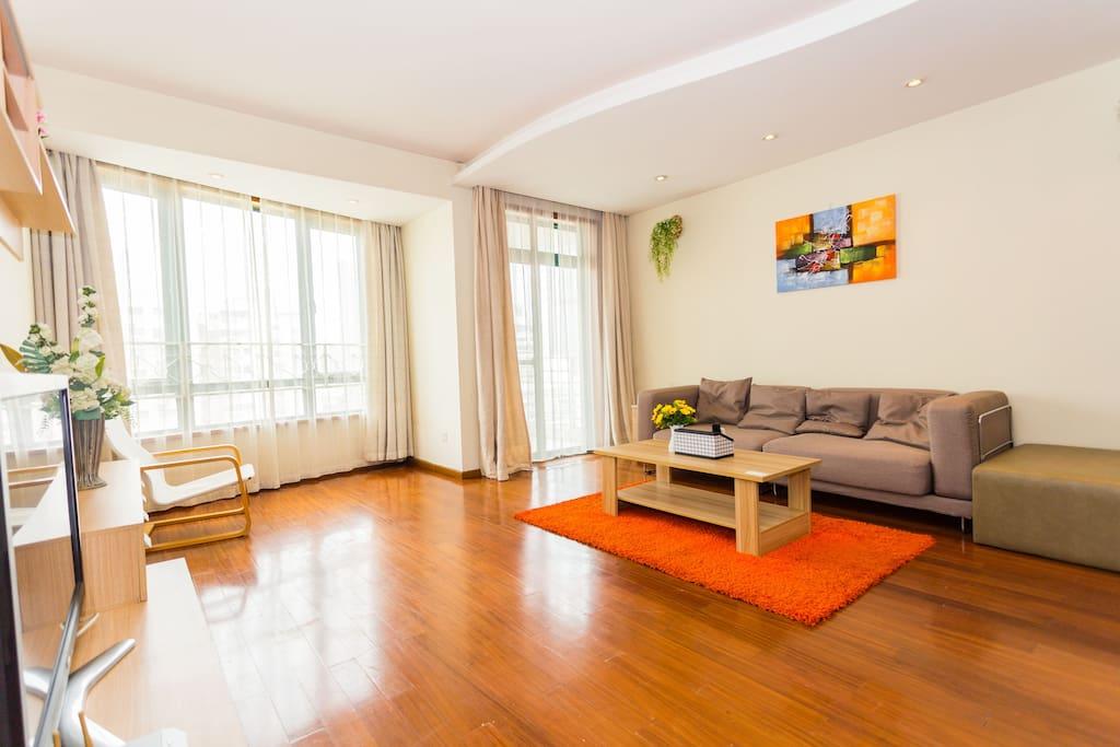 主客厅超大舒适沙发+贵妃椅,适合6人会展旅游住宿哦