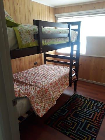 Cama, habitacion comparta, baño compartido, ac.