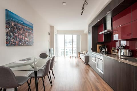 Super Central Condo, Beside CN Tower!