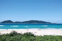 Água transparente, areia branquinha.  Perfeito para aproveitar os dias de frente para o mar. Ilha do Campeche a sua frente.