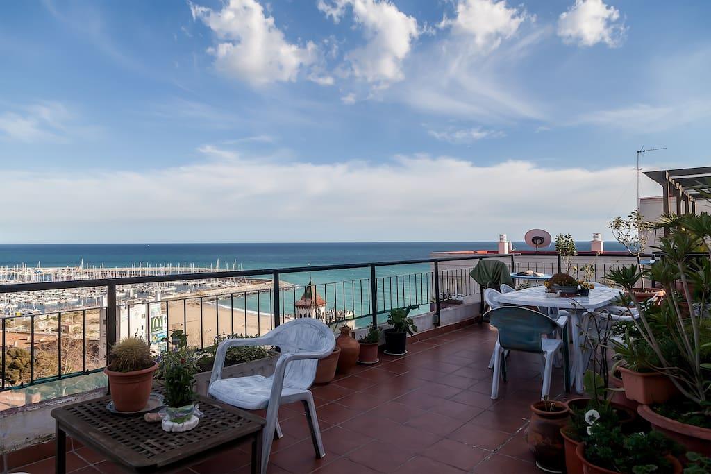 terraza grande con vistas al puerto y la mar