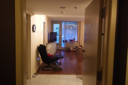 Private room steps away downtown Montreal - Appartement