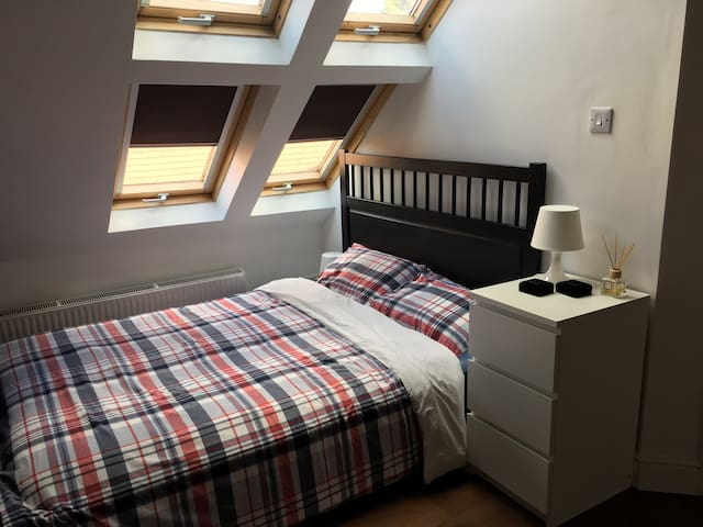 Double room with private bathroom in Chiswick
