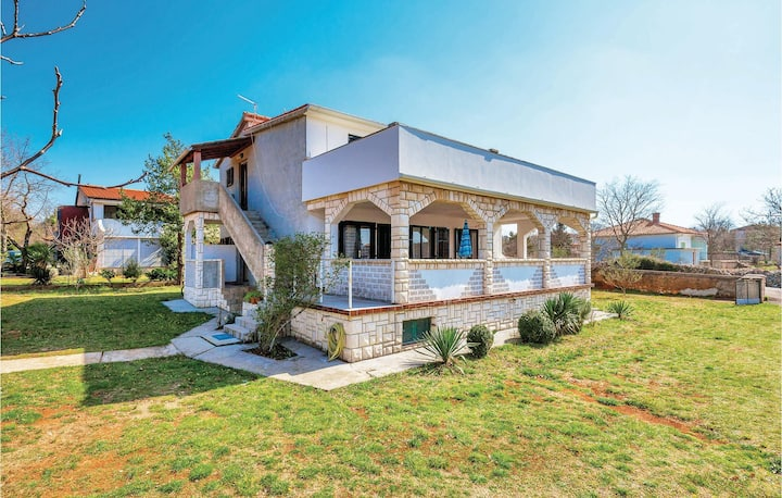 Stunning home in Pinezici with WiFi and 3 Bedrooms