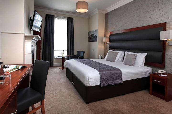Essential and Business Travel Only: Convenient Suite Double Bed Non Smoking At Worksop