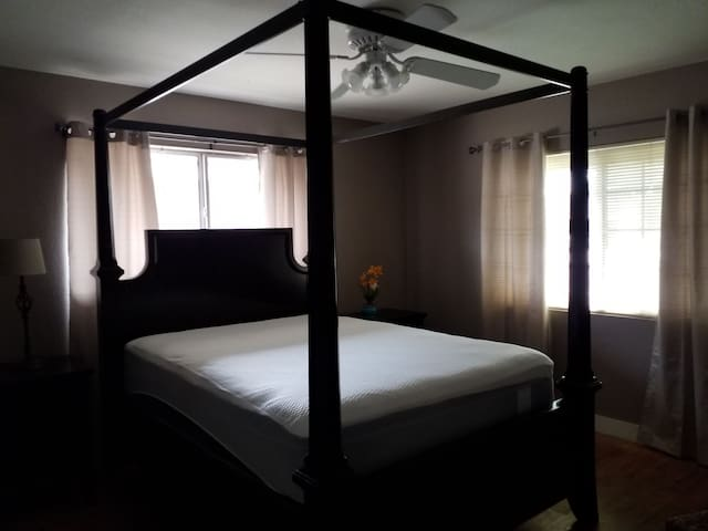 Room with Canapy Bed