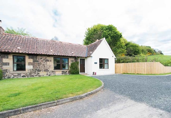 Maple Cottage with Hot Tub near Cupar, Fife