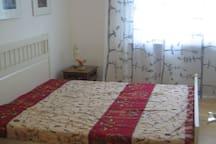 1,60 m breites Bett mit Nachttisch