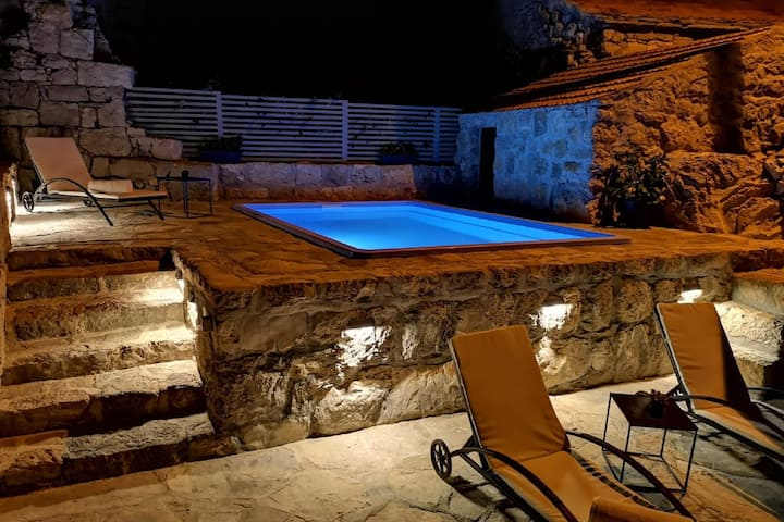 Stone Holiday Home in Brotnice Dalmatia with Outdoor Jacuzzi